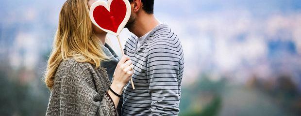 Jak stwierdzić, czy ktoś cię kocha? Lepiej spać razem czy osobno?