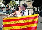 Młoda para na ulicach Barcelony z flagą w barwach Katalonii