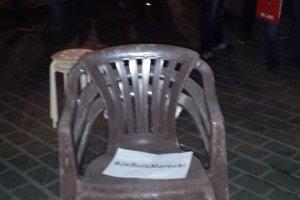 Protest z krzesłami. Kogo bronią młodzi prawicowcy?