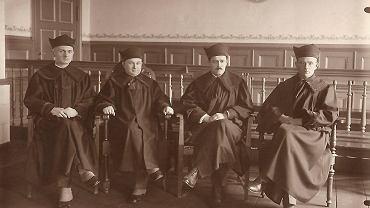 Drugi od lewej Teofil Krych jako prezes Sądu Okręgowego w Gnieźnie, lata 30. XX w. Gdy po wojnie zaczęto reformować sądy zgodnie ze stalinowiskimi wytycznymi, został przeniesiony w stan spoczynku mimo pełni zawodowych sił