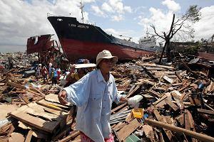 """Chaos po tajfunie """"Haiyan"""". Dwa kilo ry�u i puszka sardynek na 8 os�b. Walka o jedzenie, cia�a na ulicach Filipin"""