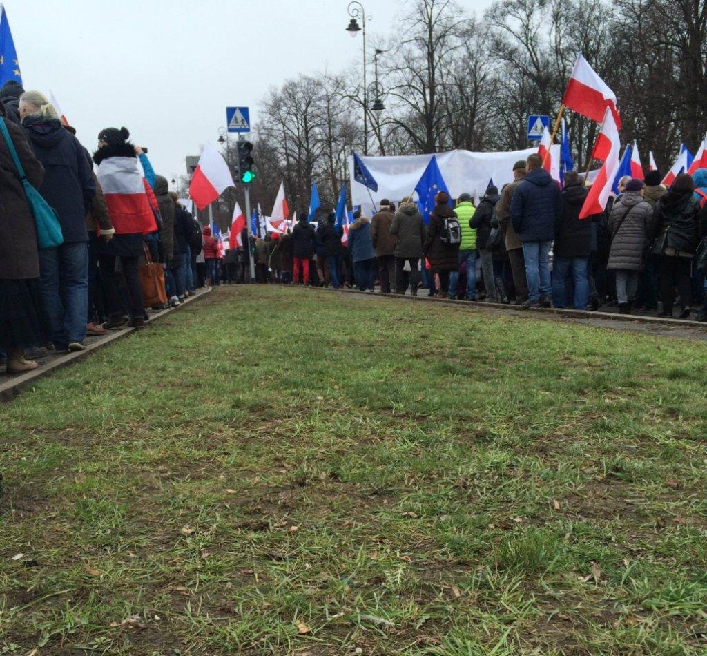 Trawnik i manifestanci