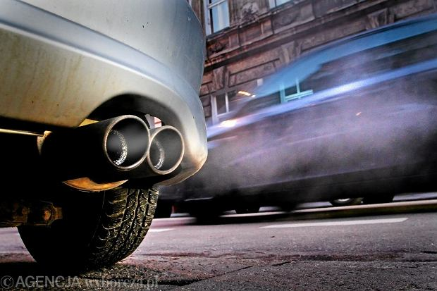 Czarny dym z rury wydechowej - co oznacza i czy trzeba się przejmować?