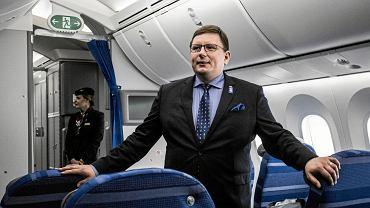 Rafał Milczarski - prezes Polskich Linii Lotniczych LOT w samolocie Boeing 787-9 Dreamliner. To najnowszy nabytek linii i największy samolot w historii narodowego przewoźnika