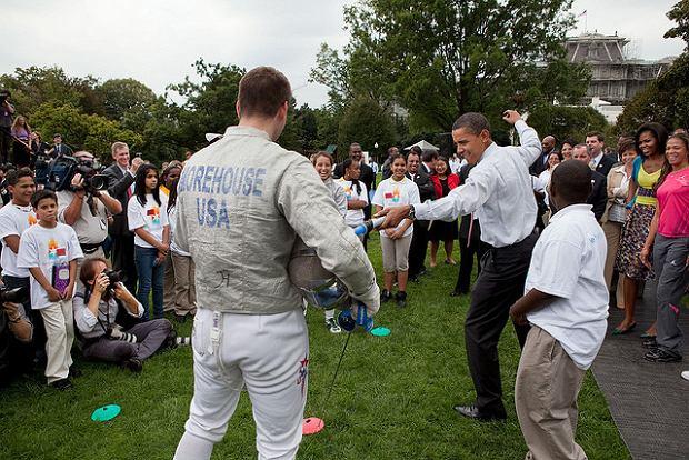 Barack Obama fechtuje mieczem świetlnym przed Białym Domem