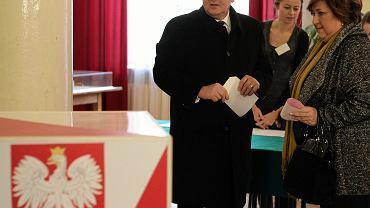 Prezydent RP Bronisław Komorowski z żoną Anną podczas głosowania w II turze wyborów