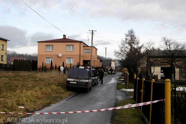 Policja na miejscu zbrodni w Skrzyszowie, 17 grudnia 2012