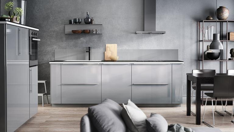 W kuchniach połączonych z salonem często rezygnuje się z górnych szafek, dzięki czemu część kuchenna nie dominuje nad całym pomieszczeniem. Pamiętajmy jednak, że wówczas musimy zmieścić wszystkie szklanki i talerze w szafkach dolnych.