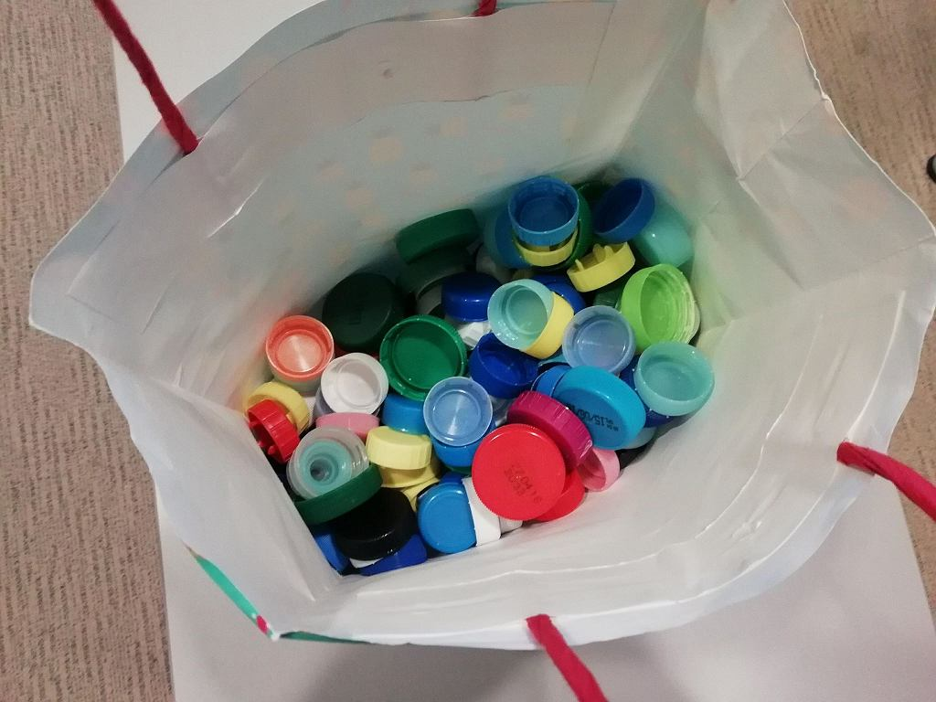Po co zbieramy plastikowe nakrętki?