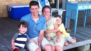 Nina Riggs była redaktorką i autorką tekstów na temat opieki zdrowotnej oraz poetką. Gdy w wieku 38 lat dowiedziała się, że ma raka piersi, zaczęła prowadzić bloga 'Suspicious Country'. Zmarła w lutym tego roku, zostawiając książkę, w której opisała czas po diagnozie. Na zdjęciu: Nina Riggs z mężem i synami