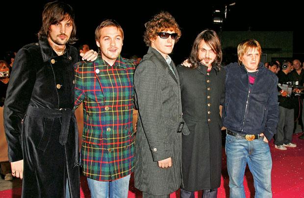 Logo z klasą, moda męska, styl, Burberry: historia angielskiej kratki, W ciuchach od Burberry'ego pozują członkowie brytyjskiej grupy rockowej Kasabian