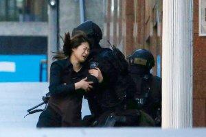 Zak�adniczka w Sydney zgin�a od kuli policjant�w. Nowe fakty ws. zamachu w kawiarni