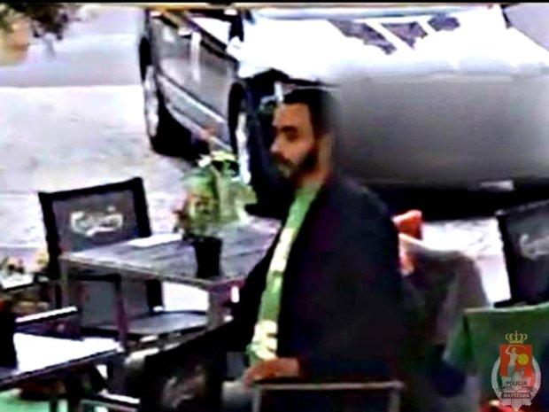Tak kradn� w warszawskich kawiarniach. Kamera nagra�a z�odzieja [WIDEO]