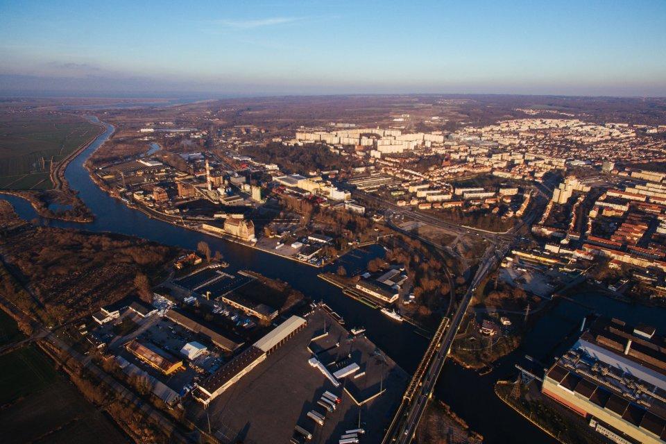 http://bi.gazeta.pl/im/3c/8b/12/z19447356V,Elblag-z-lotu-ptaka--Widok-na-miasto--port-i-Zalew.jpg