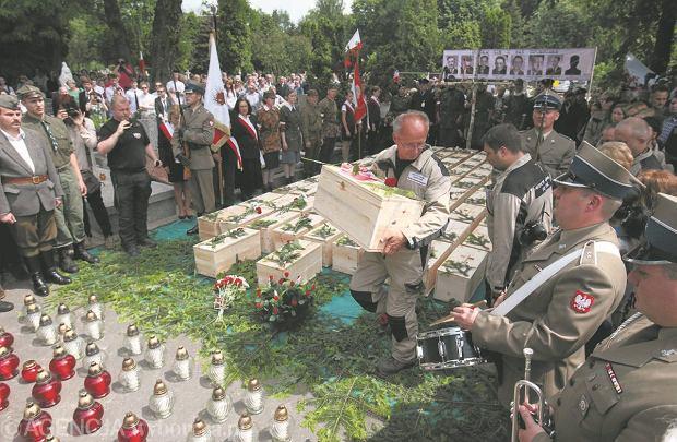 Przenoszenie ma�ych trumien ze szcz�tkami ofiar stalinizmu z kwatery