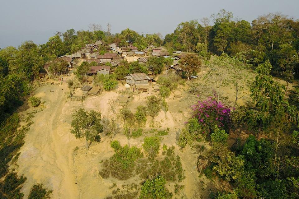 Północny Laos. Szczyt zalesionej góry należy do ludu Khmu od prawie 500 lat