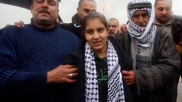 Malak al Chatib, 14-latka skazana w Izraelu na 2 miesiące więzienia i 6 tys. szekli grzywny. Na zdjęciu: po uwolnieniu, otocozna członkami rodziny