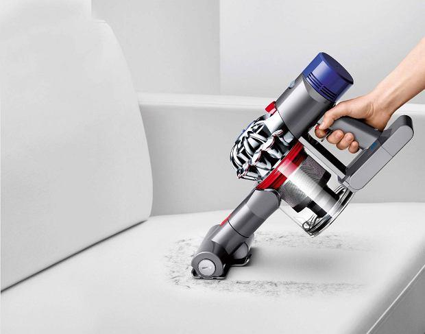 Bezprzewodowy odkurzacz Dyson V8 służy nie tylko do odkurzania podłóg. Można go szybko zamienić w odkurzacz ręczny. Nowe rozwiązania, których nie miał jego poprzednik, to znacznie dłuższy czas pracy, higieniczny i innowacyjny mechanizm opróżniania zbiornika oraz ogromna siła ssąca przy niższym poziomie hałasu. Chociaż waży zaledwie 2,6 kg wykonany jest z wyjątkowo mocnych i odpornych na uszkodzenie materiałów. 2699 zł, dyson.pl