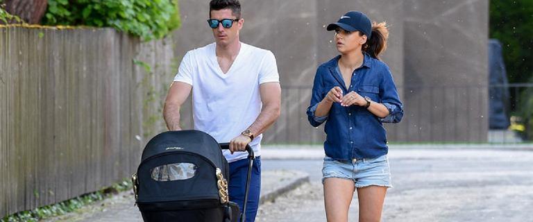 Lewandowski na spacerze ze swoimi dziewczynami. Zobacz, jak młodzi rodzice spędzają czas wolny