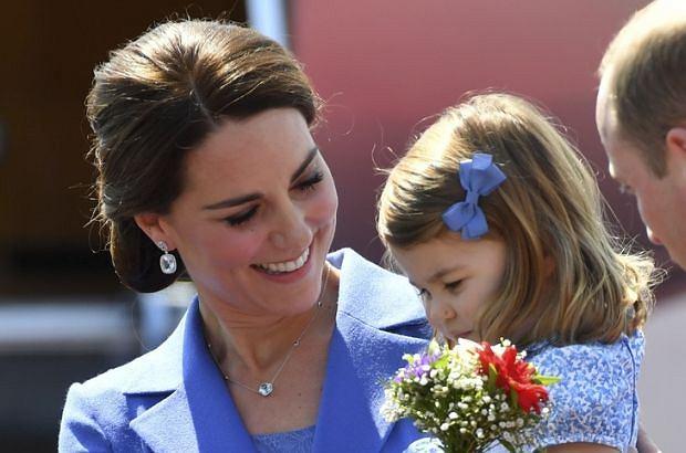 Księżna Kate z dziećmi na ślubie przyjaciółki. Kojarzycie tę kreację? Miała ją na sobie podczas wizyty w Polsce