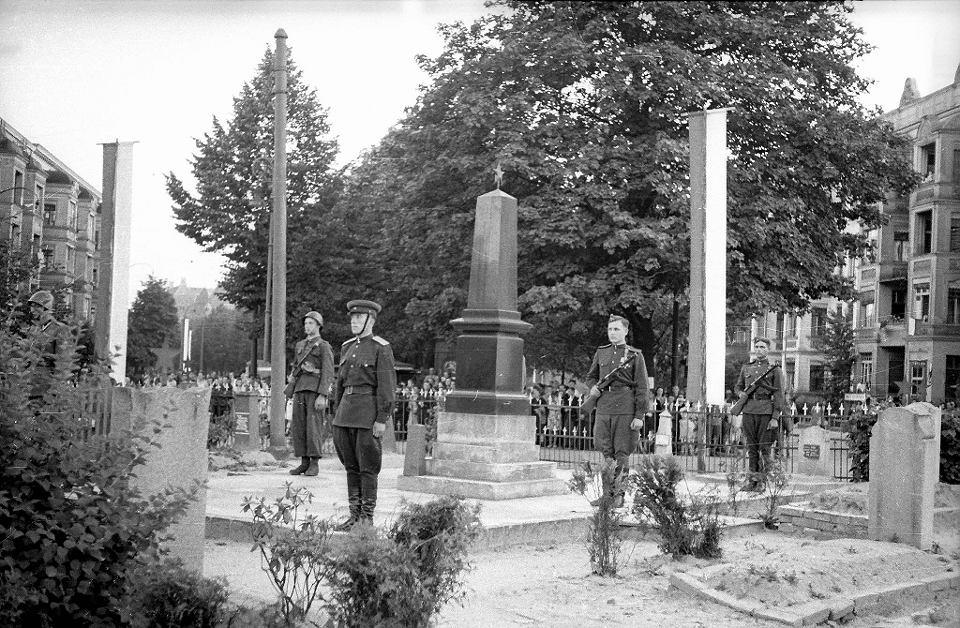 Z pepeszami przy grobach na pl. Szarych Szereg�w
