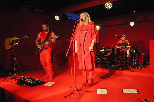 Po wydaniu teledysku do numeru ''2015'', Katarzyna Nosowska wraz z zespołem postanowiła pójść za ciosem, wydając tym samym kolejne wideo do utworu z najnowszej płyty. Wybór padł na tytułowy singiel ''Błysk'', a w nim, tak jak w poprzednim klipie, znowu pojawił się Marcin Dorociński.