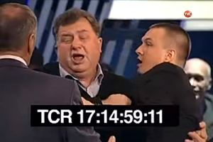 Polak uderzony pięścią w twarz w rosyjskiej TV. Stacja wstrzymała emisję, ale zamieściła nagranie na YouTube