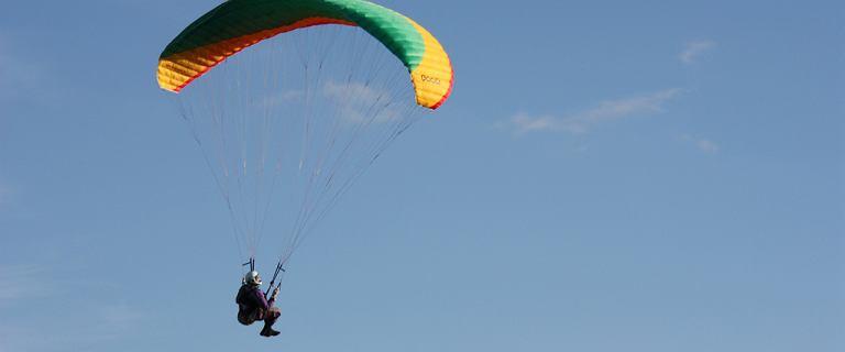 Paralotniarz spadł na ziemię pod Radzyminem. Pomimo reanimacji 40-letni mężczyzna zmarł