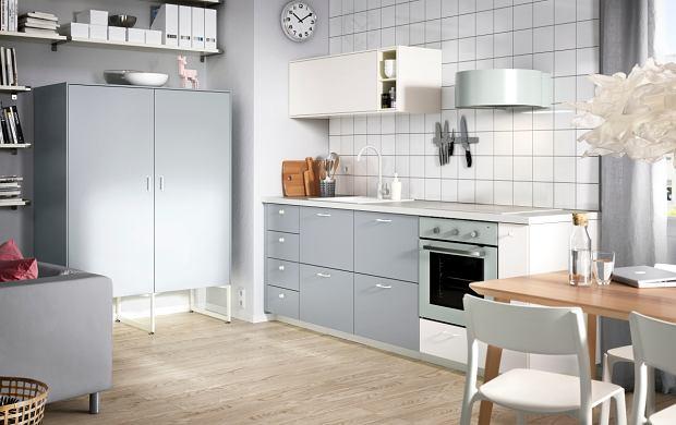 Kolorystyka części kuchennej i salonowej powinna być spójna. Meble powinny do siebie stylistycznie nawiązywać.