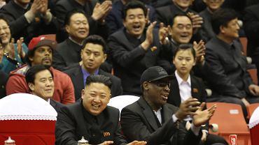 Dyktator Korei Północnej Kim Dzong Un i były gwiazdor NBA Dennis Rodman oglądają pokazowy mecz koszykówki w Pjongjangu