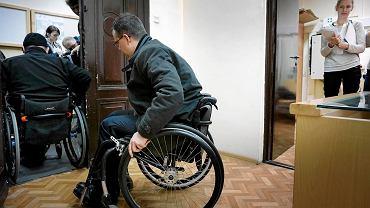 Jarosław Gwizdak, prezes Sądu Rejonowego Katowice i Marcin Mikulski, przewodniczący Rady ds. Osób Niepełnosprawnych i prezes Stowarzyszenia 'Aktywne Życie' sprawdzali czy budynek sądu jest dostosowany do potrzeb niepełnosprawnych