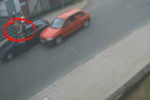 Lubań. Pirat drogowy z mazdy próbuje rozjechać kierowcę bmw. A wtedy ten... [WIDEO]