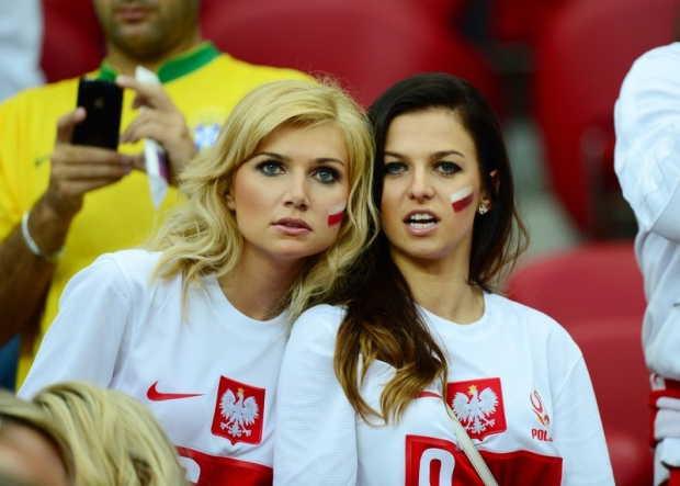 PHOTO: PIOTR BLAWICKI / EAST NEWS      WARSZAWA STADION NARODOWY   MISTRZOSTWA EUROPY UEFA EURO 2012  POLSKA - ROSJA   N/Z   DZIEWCZYNY POLSKICH PILKARZY - BRUNETKA PO PRAWEJ ANNA STACHURSKA NARZECZONA ROBERTA LEWANDOWSKIEGO PO LEWEJ ZONA JAKUBA BLASZCZYKOWSKIEGO AGATA BLASZCZYKOWSKA  12 / 06 / 2012   EURO 2012:  football championship Group A match  Poland vs. Russia on June 12, 2012 in Warsaw, Poland.