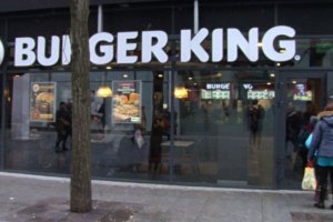 Frytki z kurczaka, czarny burger i grilled dogs. Znana sieć znów na topie