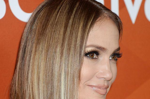 """Jennifer Lopez promuje obecnie swój nowy program """"World of Dance"""". Na ściance pozowała w bardzo kuszącej stylizacji. Pofarbowała też włosy!"""