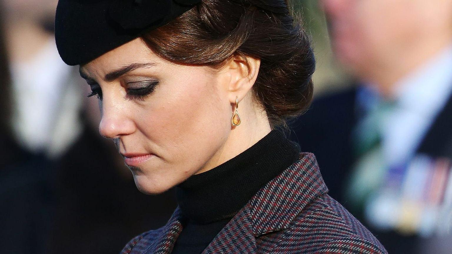 Księżna Kate Ze Smoky Eyes I W Związanych Włosach