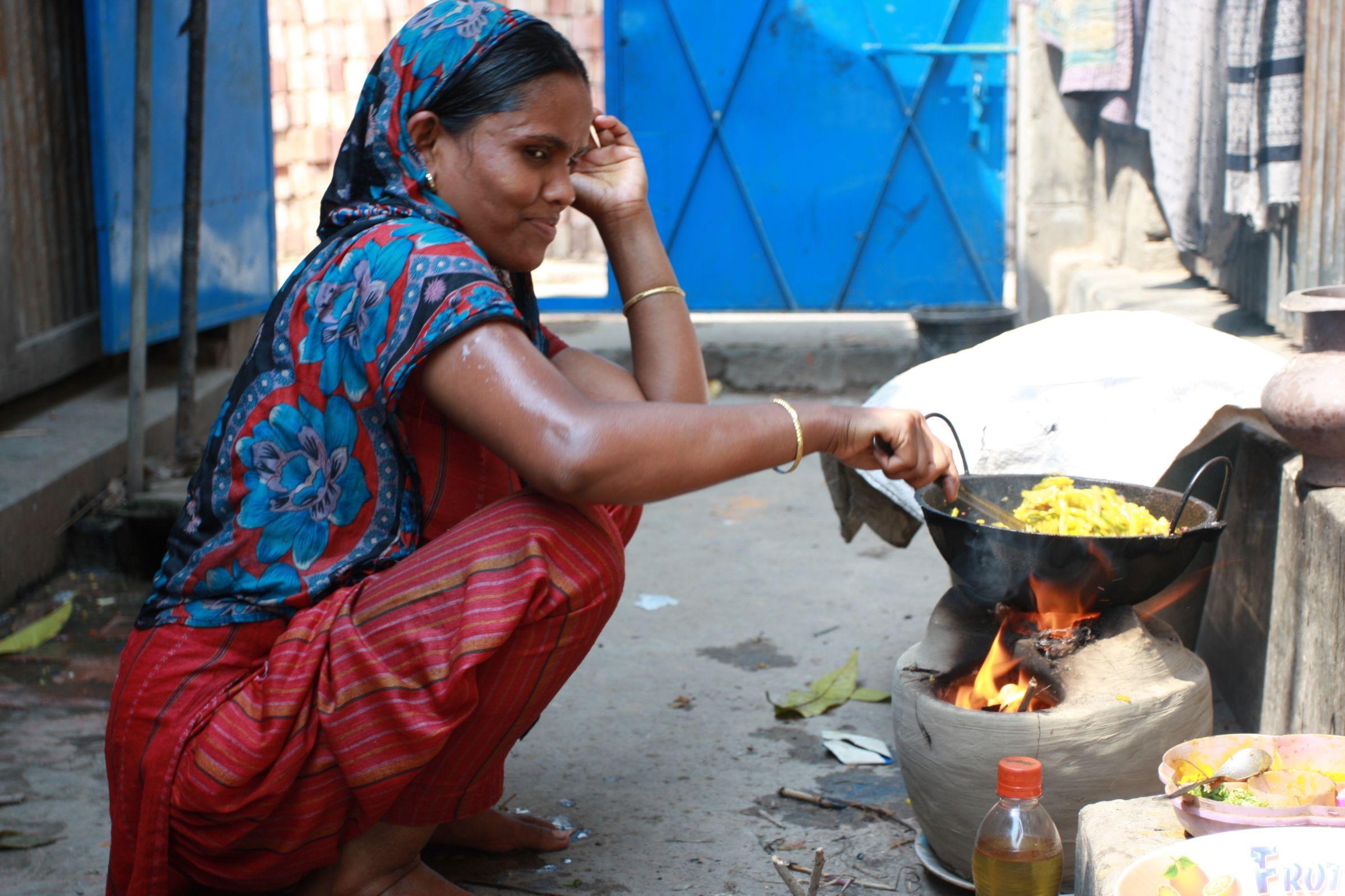 Dieta przeciętnego mieszkańca slumsów w Bangladeszu zaspokaja tylko 74 procent dziennego zapotrzebowania na kalorie (fot. Marek Rabij)