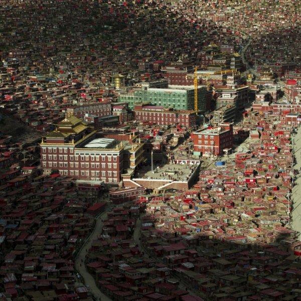 Cho� wygl�da jak slumsy, to jedno z najwi�kszych centrów religijnych na �wiecie. Las domków, a w �rodku...