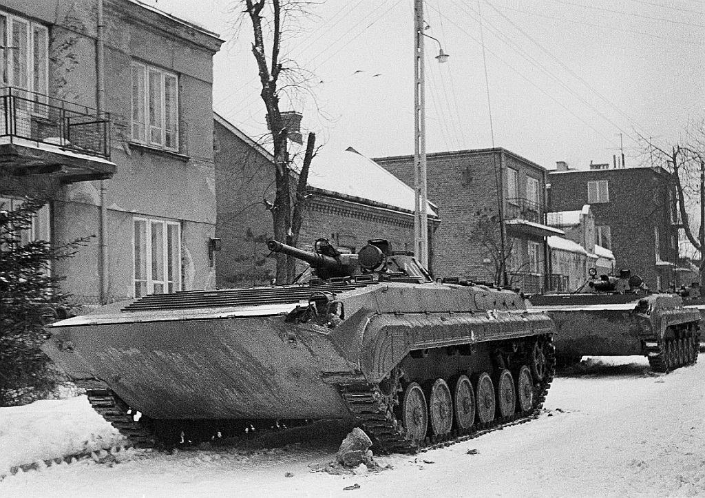Czołg na ulicy Cietrzewia we Włochach, 16 grudnia 1981. Zdjęcie zrobione z ukrycia