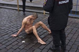 Rosja. W proteście przeciwko reżimowi Putina przybił genitalia do bruku