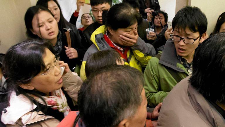 Na lotnisku w Pekinie ludzie czekali na swoich krewnych. Na wieść, że samolot zaginął, niektórzy wybuchnęli płaczem