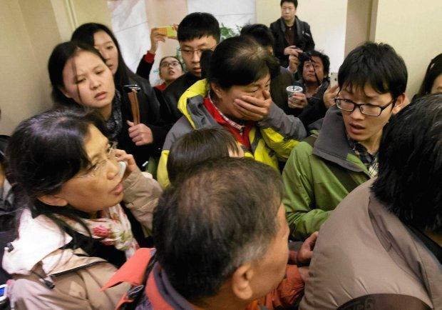 Na lotnisku w Pekinie ludzie czekali na swoich krewnych. Na wie��, �e samolot zagin��, niekt�rzy wybuchn�li p�aczem