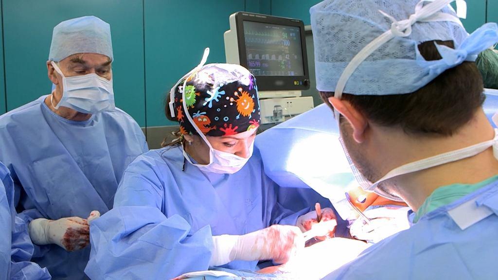 Dr Elżbieta Radzikowska podczas operacji w programie 'Walka o piersi'