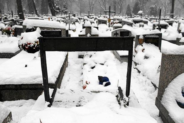 Zniszczony grobowiec Kantora na cmentarzu Rakowickim