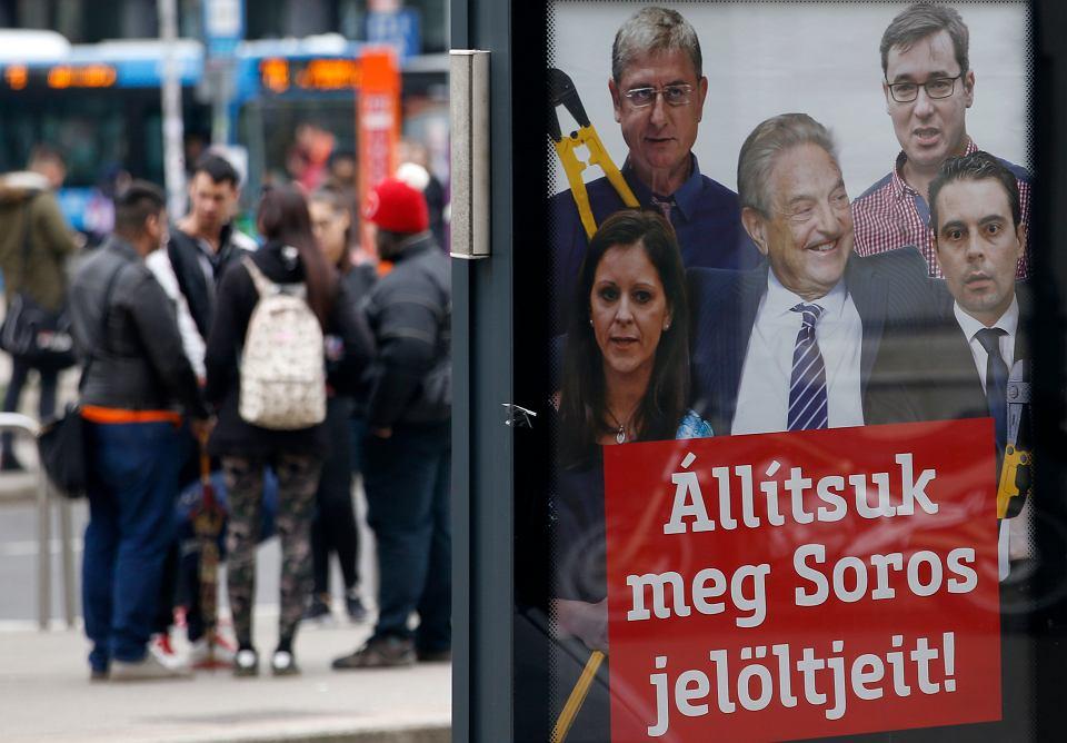 Wybory na Węgrzech. Plakat partii Fidesz z hasłem 'Zatrzymajmy kandydatów Sorosa!' przedstawia konkurentów partii rządzącej