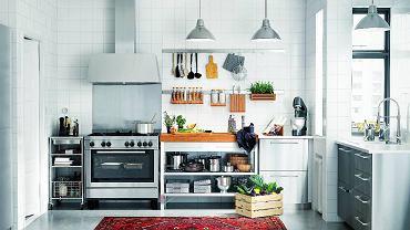 Kuchnia będzie wwygodnym imiłym miejscem, jeśli większość  akcesoriów i zapasów znajdzie się wszafkach orazszufladach, ana blacie zostanie tylko to, co akurat jest potrzebne.