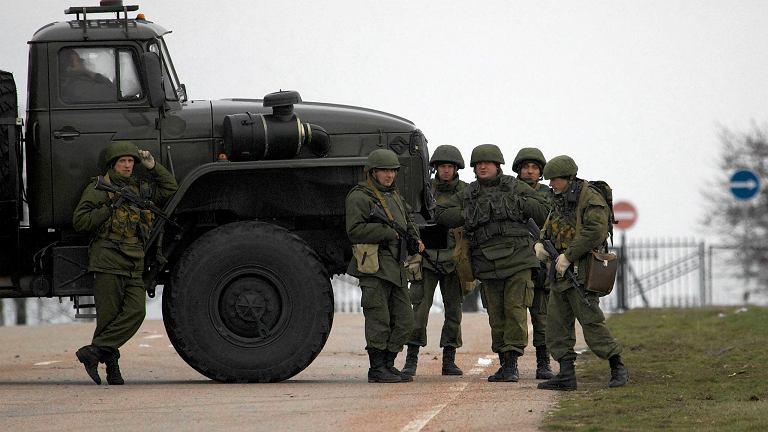 Żołnierze w nieznanych mundurach blokują drogę do lotniska wojskowego