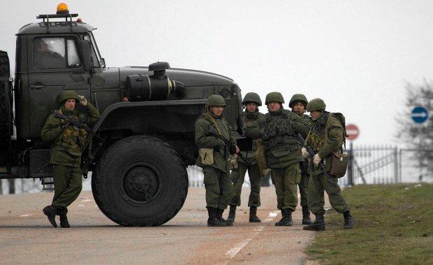 �o�nierze w nieznanych mundurach blokuj� drog� do lotniska wojskowego
