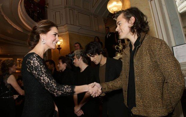 Kiedy Harry pozna�... Kate. One Direction na spotkaniu z ksi���c� par�. Styles nie powstrzyma� si� od komentarza o ci��y