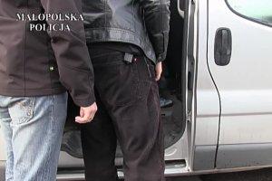 Policja zatrzyma�a oszusta grasuj�cego pod kantorami